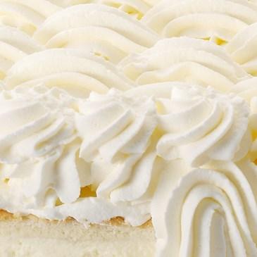 用非奶鲜奶油装饰的分层蛋糕